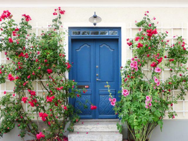 玄関ドアの塗装は必要? 玄関ドアの塗装を考えるべきタイミング