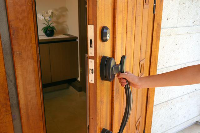 玄関ドアが古びてきたら、塗装メンテナンス? それとも取り替え?