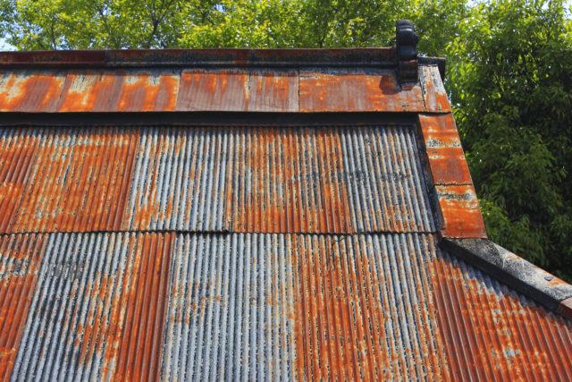 塩害を防ぎたい! 海風に強い屋根・外壁材の選び方