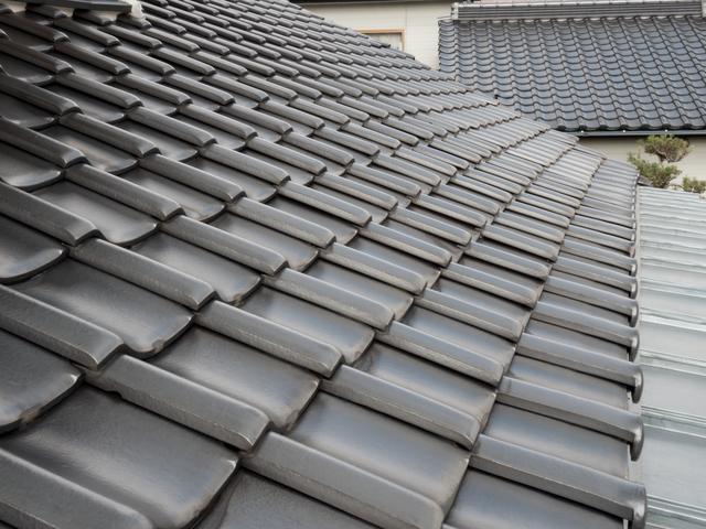 日本瓦と似ているようで違うセメント瓦とは、どんな屋根材?